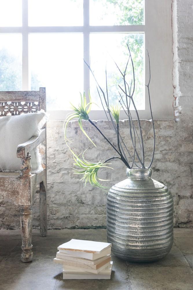 vase en métal martelé gris